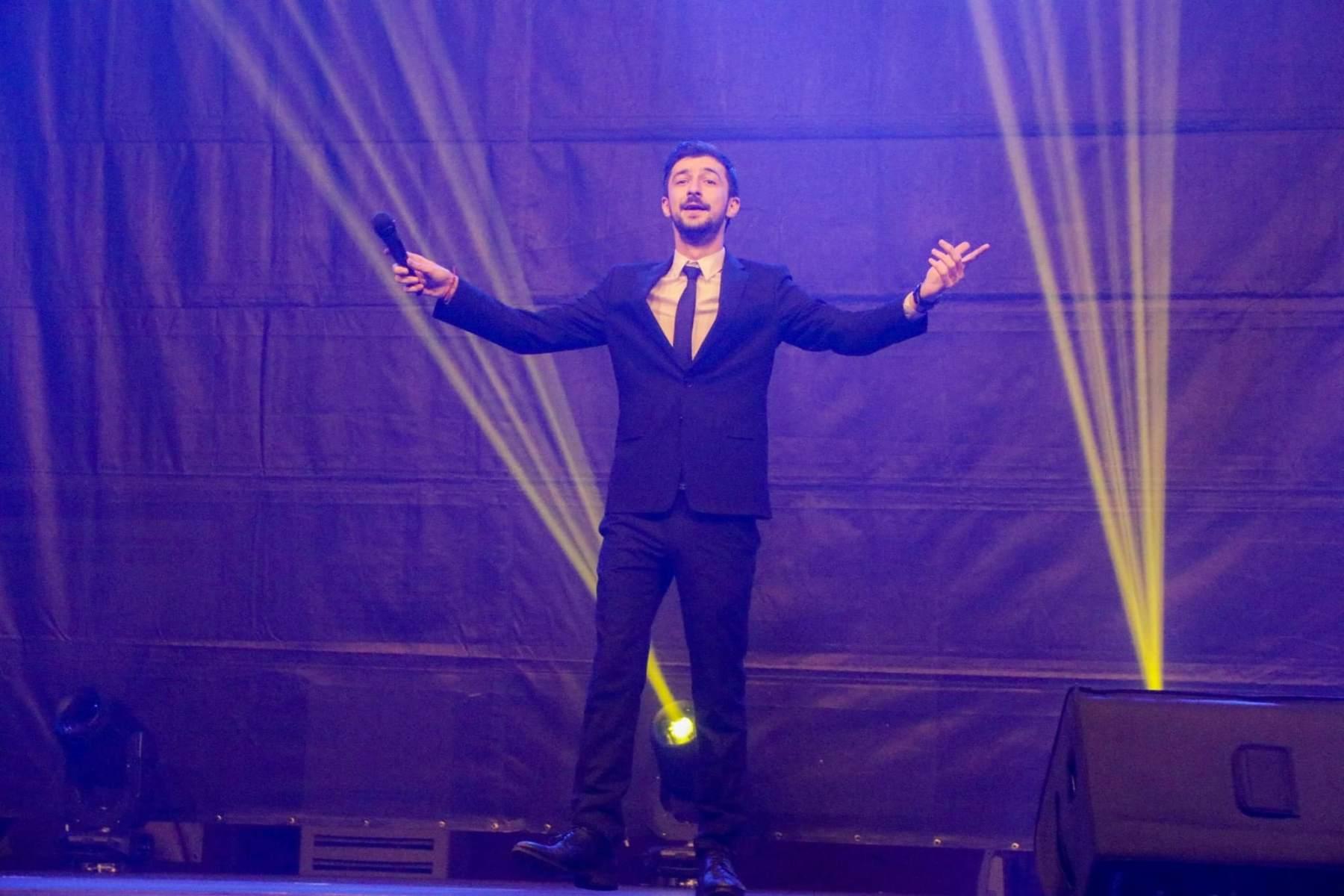 Теодор Тодоров - Тео водещ на концерт за Коледа в Хасково