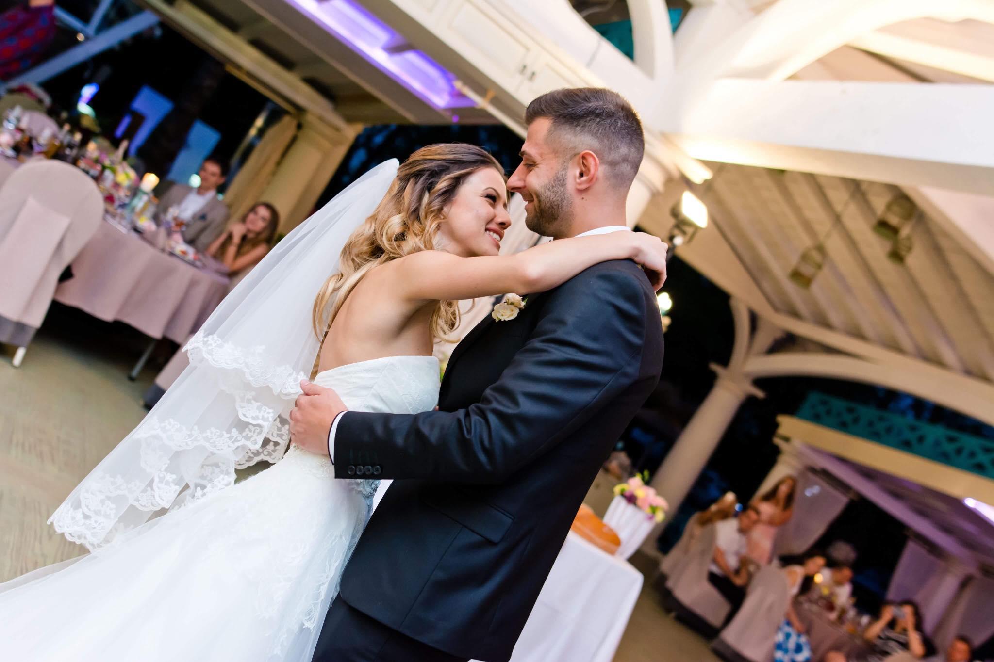"""Още една от уникалните сватби, на която топ-водещия на България Теодор Тодоров бе част. Петя и Георги си казаха едно силно и голямо """"Да"""", показаха как любовта може да е весела и носеща усмивки на всички. Благодарим, че бяхме част от Вашето щуро приключение."""